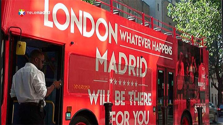 Dos autobuses recorren Londres para impulsar Madrid como destino financiero