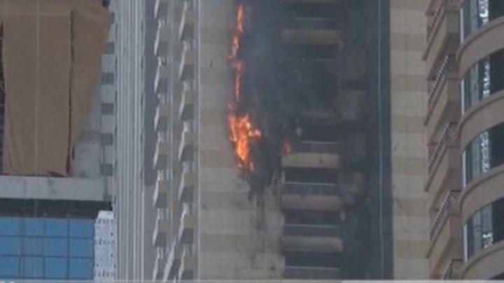 El incendio en un rascacielos de lujo en Dubái, controlado y sin víctimas