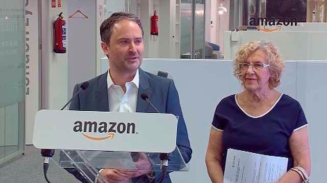 El director general de Amazon.es, François Nuyts con Manuela Carmena