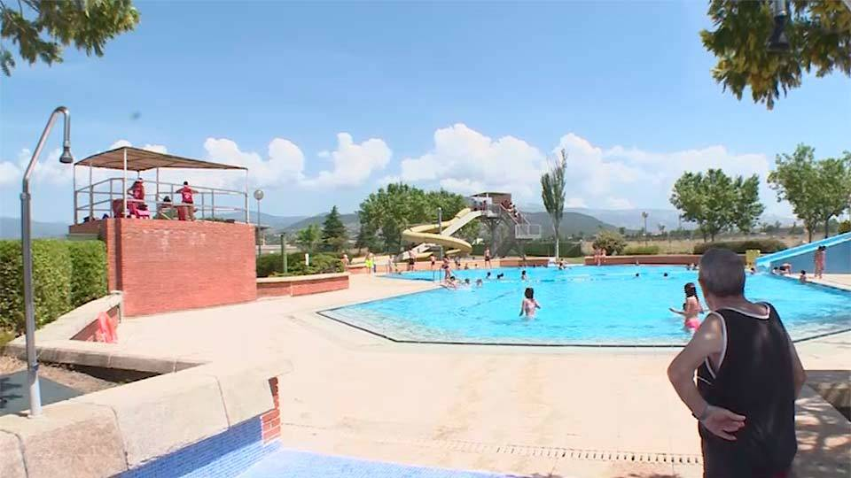 Collado villalba la piscina municipal un parque acu tico for Piscina villalba