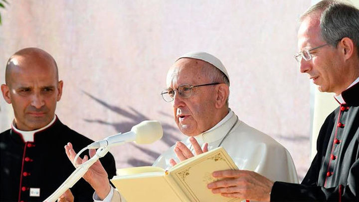 El Papa visita Auschwitz en silencio por el millón de personas exterminadas