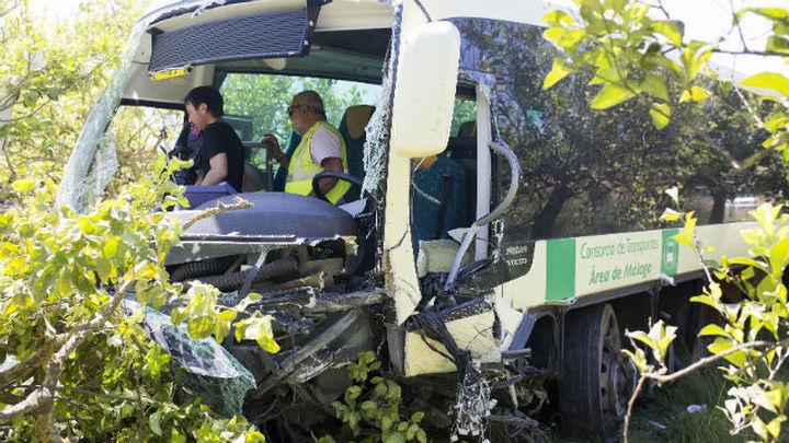 Un muerto y 17 heridos en una colisión entre un turismo y un autobús en Málaga