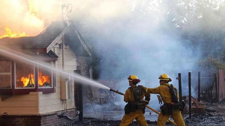 Un incendio fuera de control en California obliga a evacuar a 82.000 personas