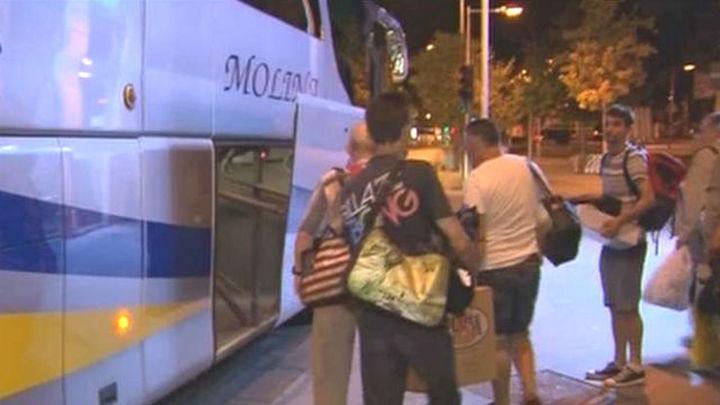 El padre Ángel lleva a 25 personas sin techo a un día de playa en Santander