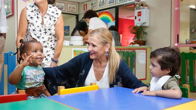 La presidenta Cristina Cifuentes con unos pequeños