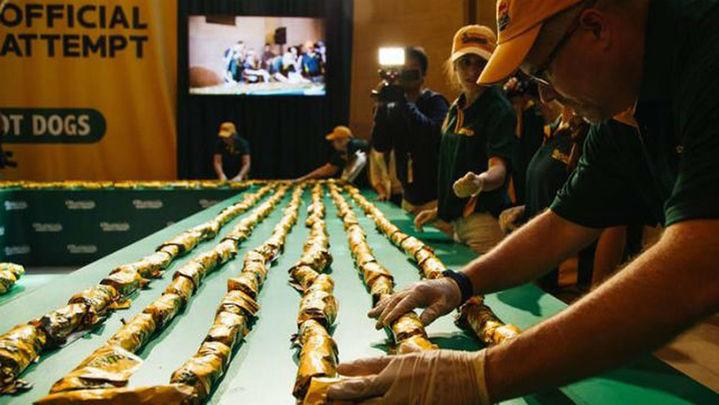 """Récord Guiness con la línea de """"hot dogs"""" más larga del mundo en Nueva York"""