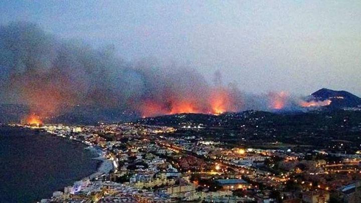 El incendio de Jávea se reaviva y quema varios chalets en La Granadella
