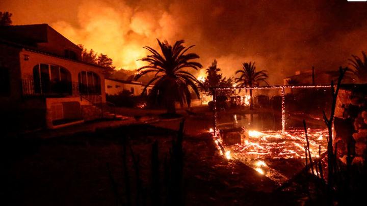 El fuego arrasa la Granadella y obliga a desalojar a 1.400 personas en Xàbia y Benitatxell