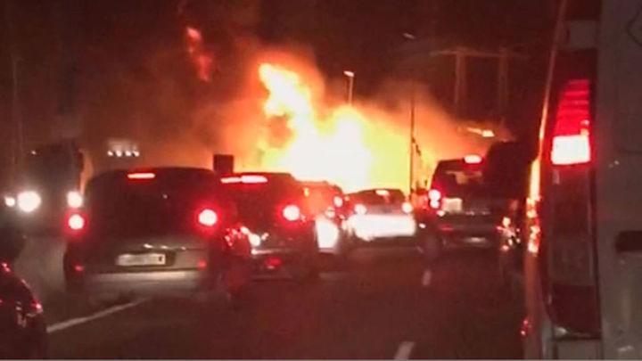 Arde un camión en la M-50 y provoca un monumental atasco