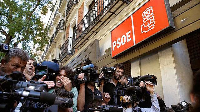 Expectación a las puertas de la sede del PSOE en la calle Ferraz