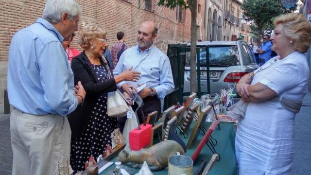 La alcaldesa, Manuela Carmena, pasea por el Barrio de las Letras en el Dia de las Ranas