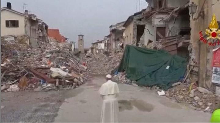 El Papa visita por sorpresa Amatrice, devastada por el terremoto