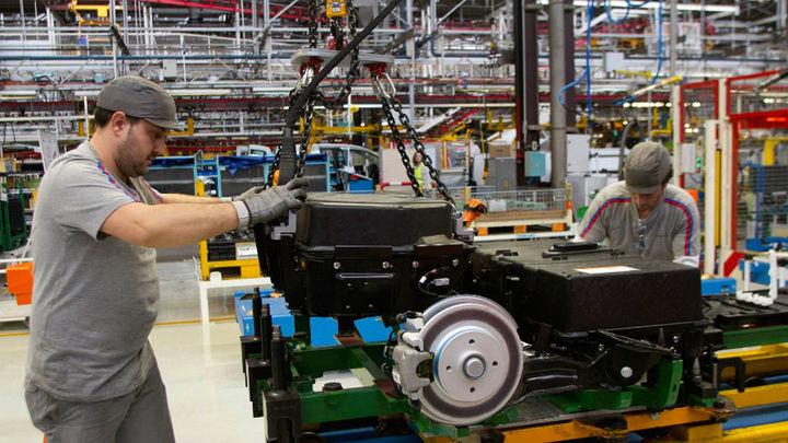 La producción industrial regresa a terreno negativo en octubre tras caer un 2,2%