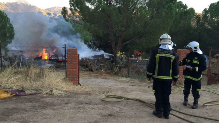 Los bomberos siguen con las tareas de refresco tras el incendio en Valdemaqueda