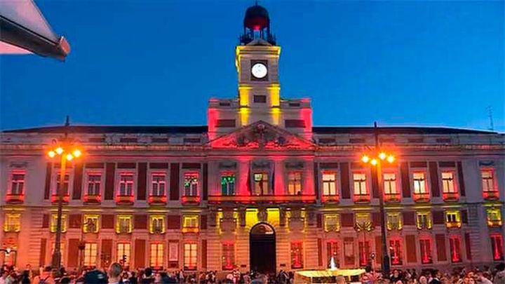 La Real Casa de Correos se ilumina de rojigualda por la Fiesta Nacional
