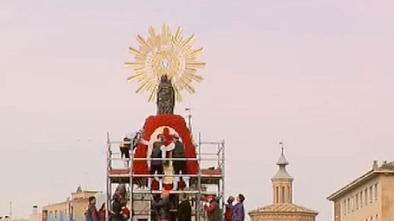 La lluvia respeta la Ofrenda a la Virgen del Pilar, que brilla entre flores