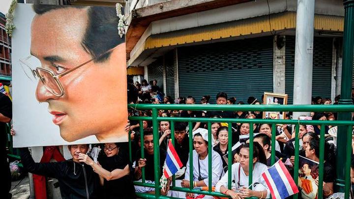 Duelo en Tailandia por la muerte del rey Bhumibol Adulyadej a los 88 años