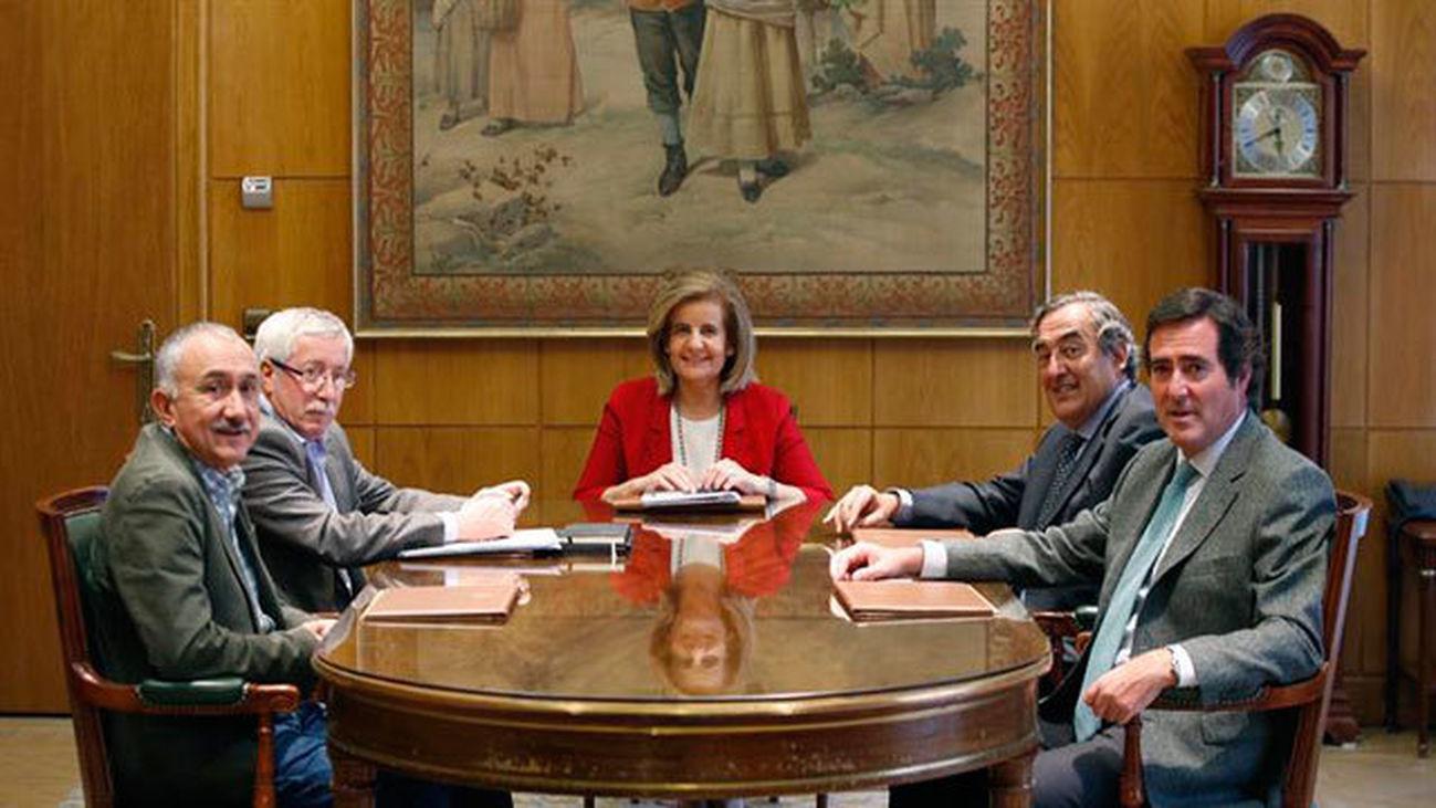 La ministra Bañez con respresentantes de sindicatos y patronal