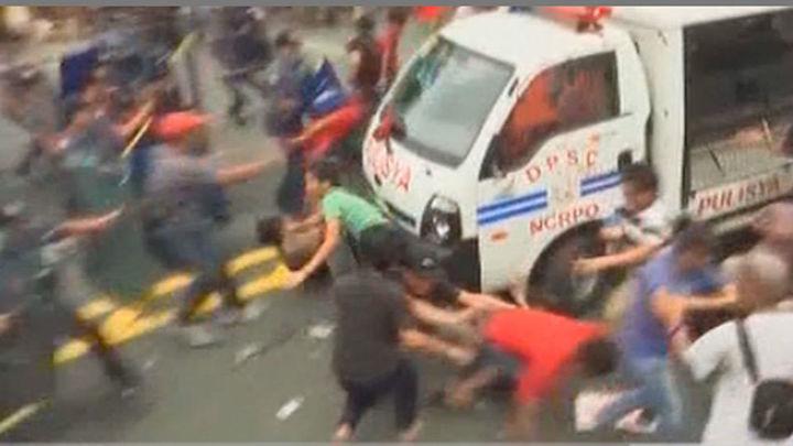 La Policía filipina reprime con dureza una protesta frente a la embajada de EE.UU.