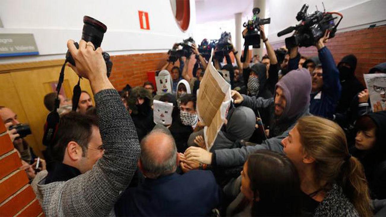 Decenas de jóvenes boicotean una conferencia de Felipe González  en la Autónoma