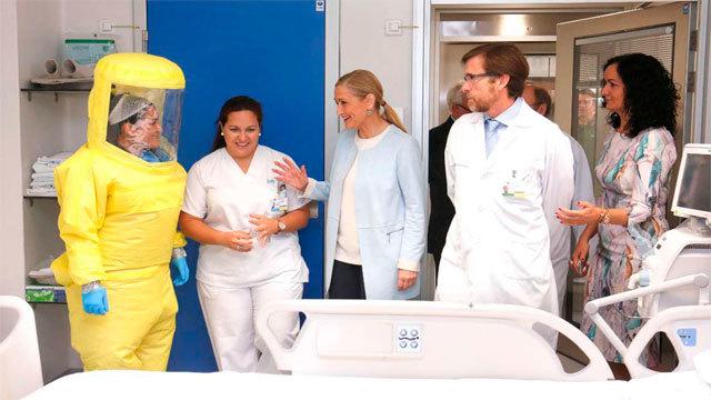 Cristina Cifuentes visita la Unidad de Aislamiento del Carlos III