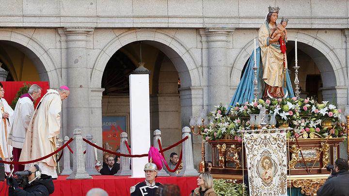 Carmena renueva el voto y pide ayuda para los refugiados en la misa de la Almudena