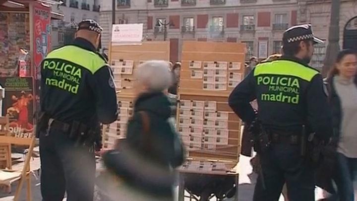 La Policía coloca los puestos de loteros en la Puerta del Sol