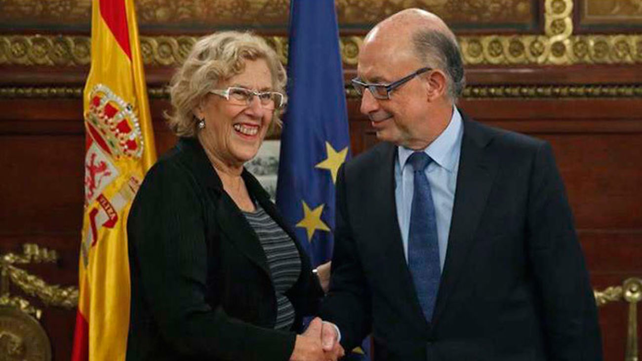 Carmena anuncia a Montoro que rehará el plan económico aprobado por el Pleno