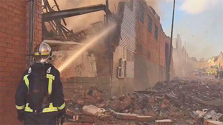 Un incendio sin heridos calcina dos naves de Cobo Calleja