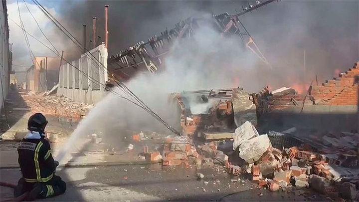 Controlado el incendio de dos naves industriales en el polígono Cobo Calleja