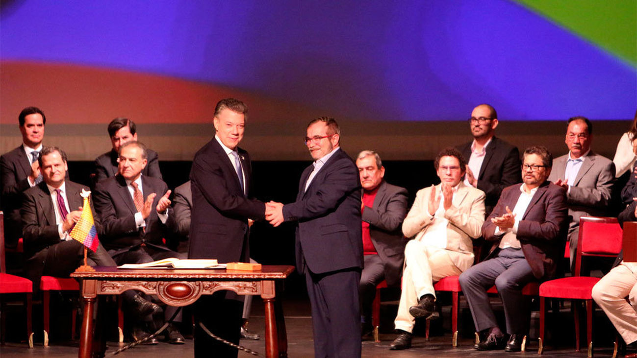 """Santos y """"Timochenko"""" firman el nuevo acuerdo de paz en Colombia"""