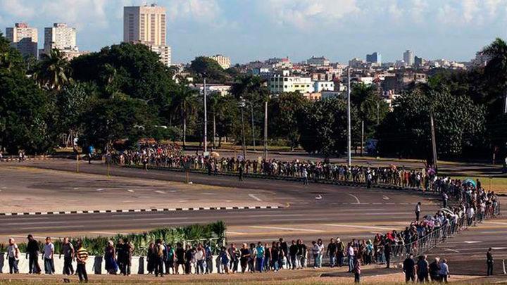 Miles de cubanos despiden a Fidel Castro en la Plaza de la Revolución