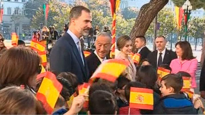 Solemne bienvenida a los Reyes de España a su llegada a Oporto