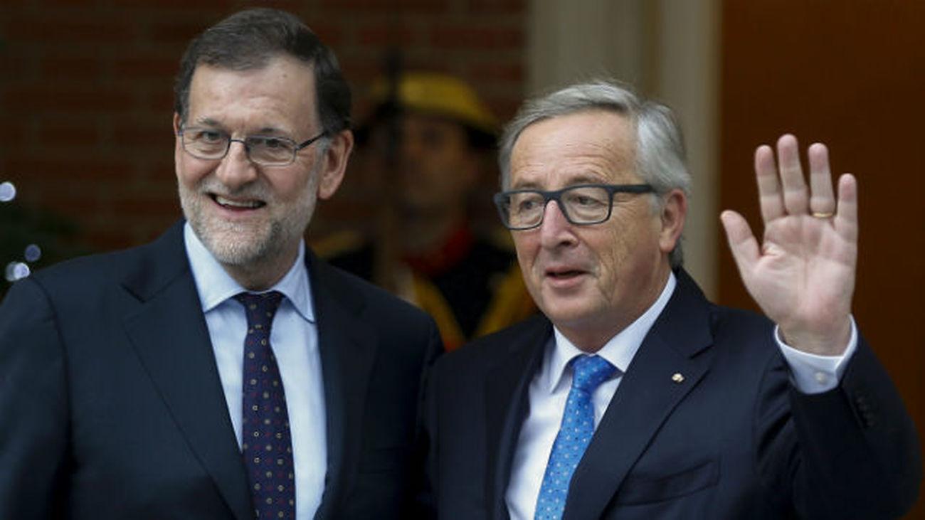 Rajoy anuncia a Juncker la inminente aprobación  de las medidas para cumplir con el déficit