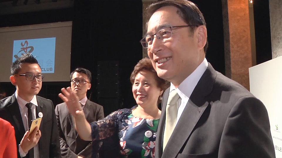 El embajador de China en España, Lyu Fan, junto a los directivos Margaret Chen y Tony Jig Yong