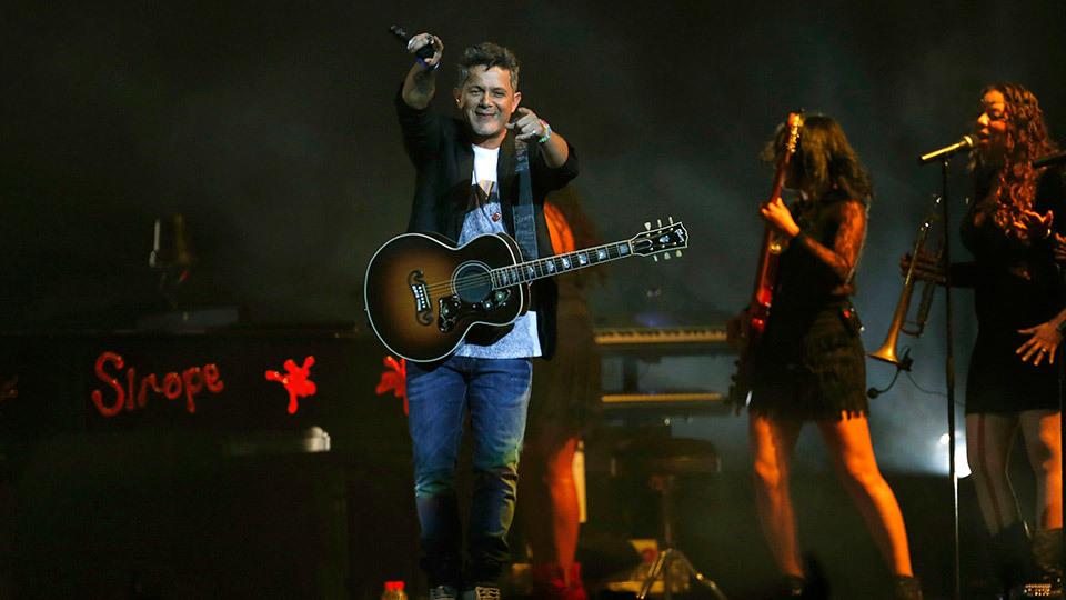El músico y cantante, Alejandro Sanz, durante el concierto ofrecido esta noche en el Palacio de los Deportes de Madrid, con el