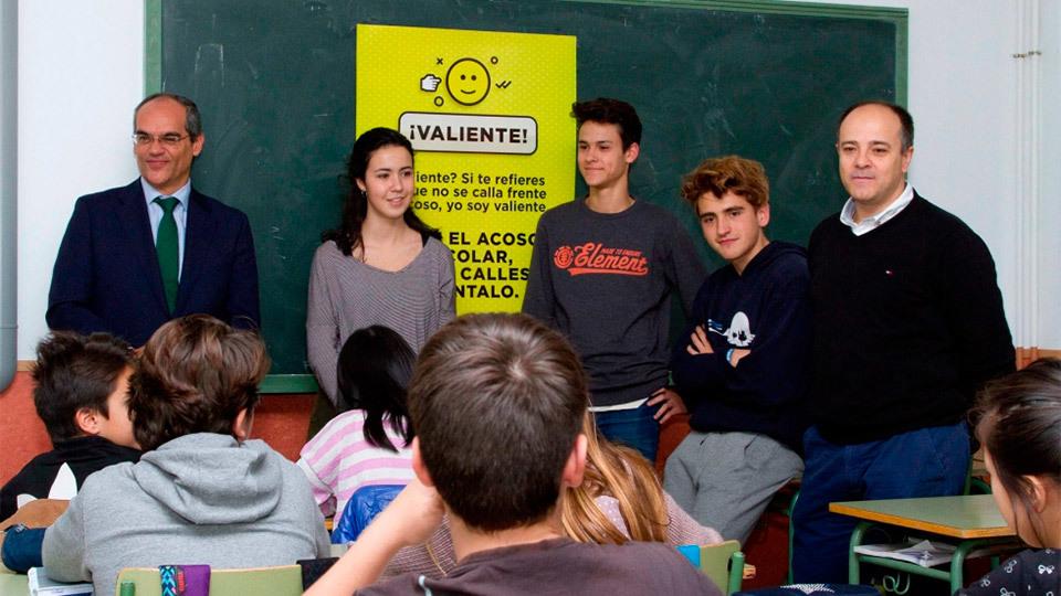 Rafael van Grieken, consejero de Educación, Juventud y Deporte, Rafael van Grieken, con los alumnos del Instituto Ramiro de Mae