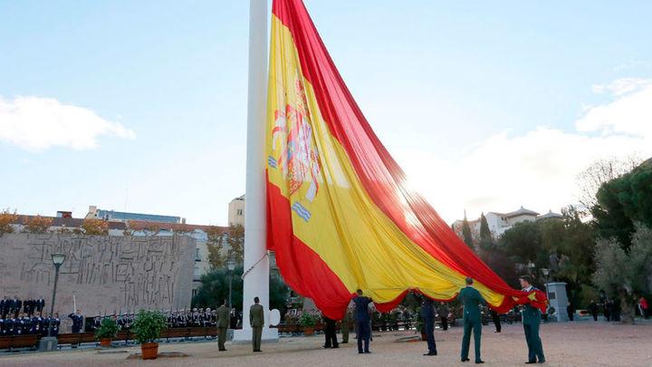 Pastor y García Escudero presiden el izado de la bandera en la plaza de Colón
