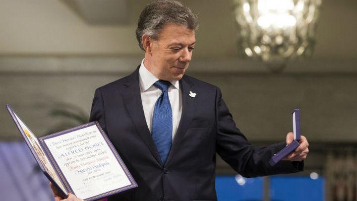 Santos llama a construir una paz estable al recibir un Nobel dedicado a las víctimas