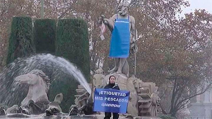 Greenpeace viste a Neptuno de pescadero en su campaña contra la sobrepesca
