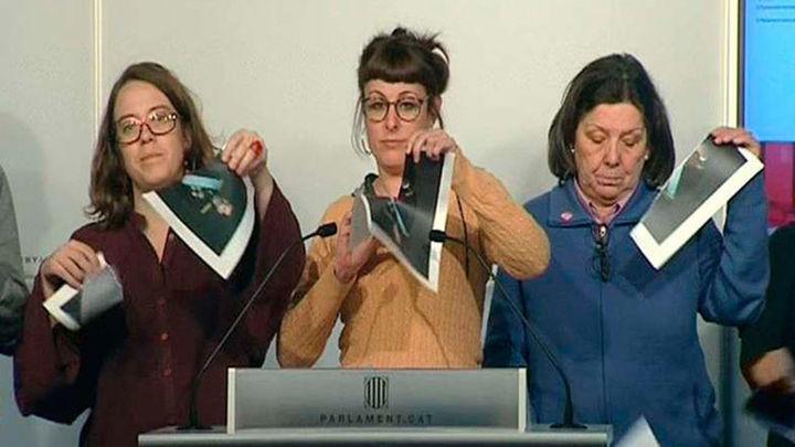 Diputados de la CUP rompen fotos del Rey en una rueda de prensa