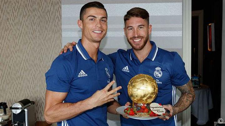 La plantilla blanca felicita a Cristiano Ronaldo por el Balón de Oro