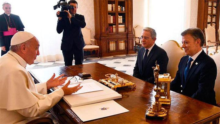 Santos y Uribe defienden sus posiciones sobre los Acuerdos de Paz ante el papa