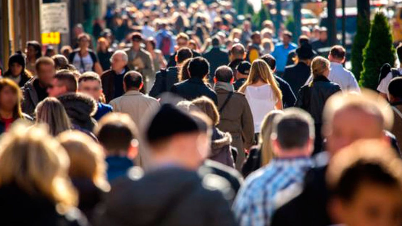 Gente paeando por la calle