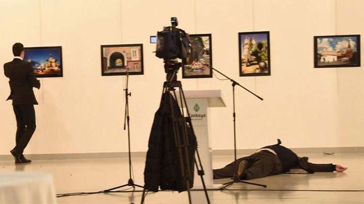 Un policía turco asesina al embajador ruso en Ankara en un acto cultural