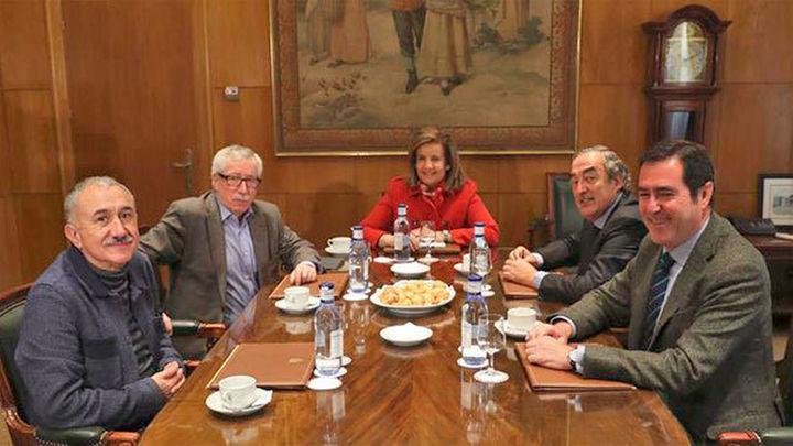 """Báñez: """"Las pensiones subirán un 0,25% en 2017 y abrirá una mesa de trabajo en enero"""""""