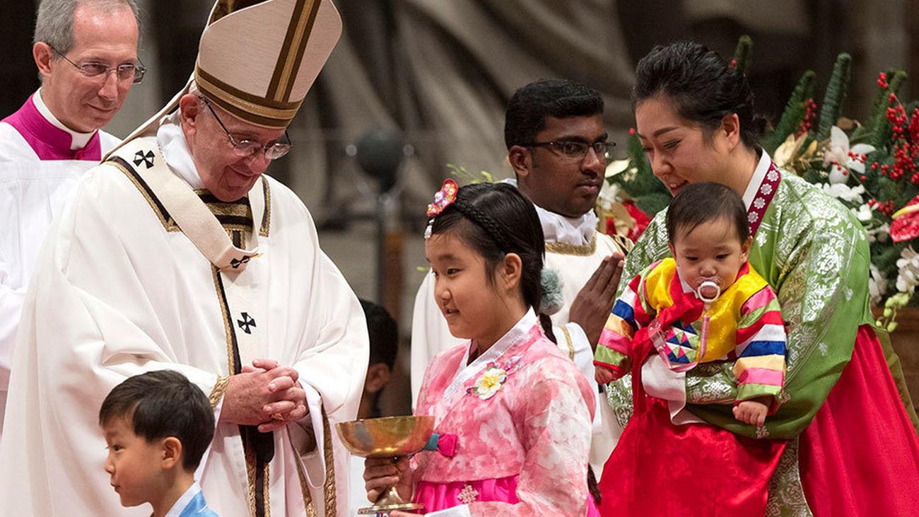 El Papa Francisco durante la Misa del Gallo en la Basílica de San Pedro en El Vaticano (EFE)