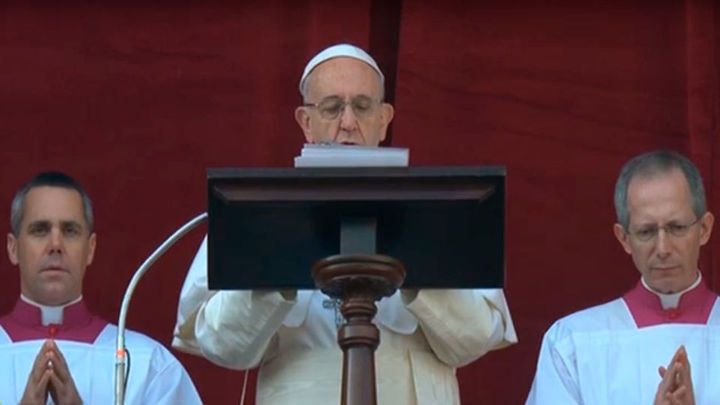 El Papa invoca la paz ante el terrorismo en la tradicional bendición 'Urbi et Orbi'