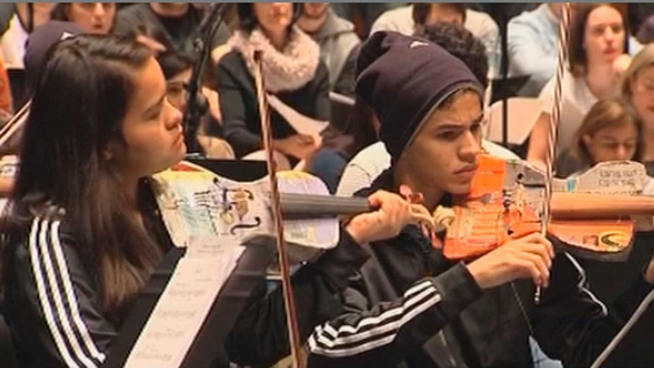 La Orquesta de Cateura convierte en el Teatro Real la 'basura' en música