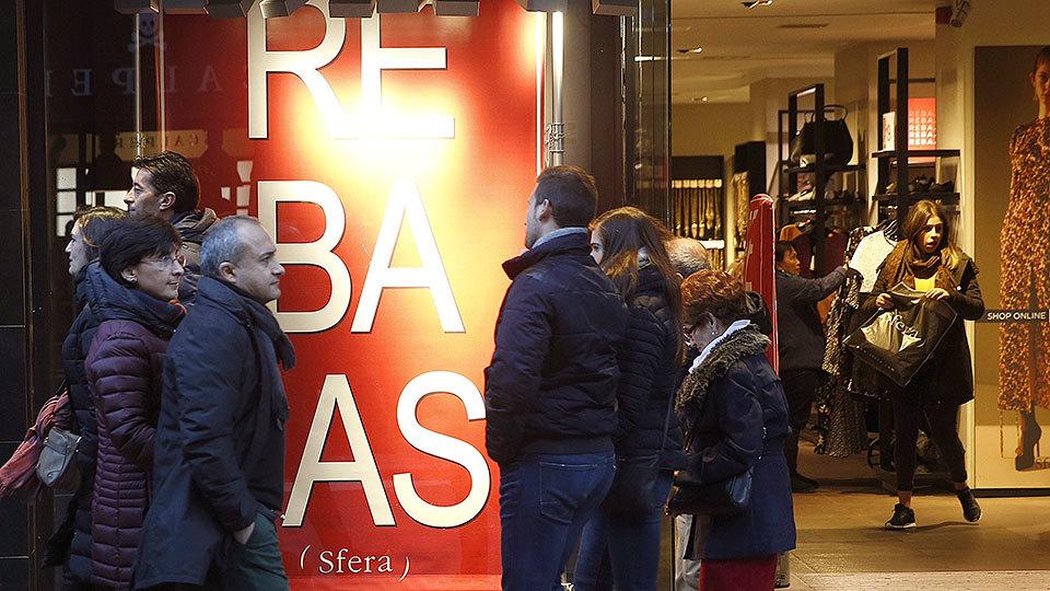 Un comercio expone en su escaparate el cartel de Rebajas